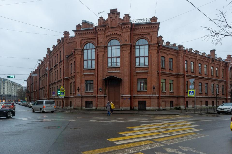 Историческое здание находится на Старорусской улице и именуется как больница № 46 святой Евгении.