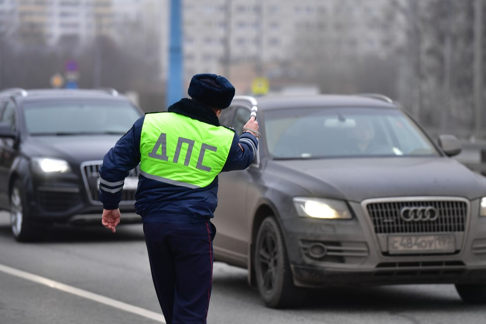 Инспектор ДПС вымогал 20 тысяч рублей с пьяного водителя в Нижнем Новгороде.