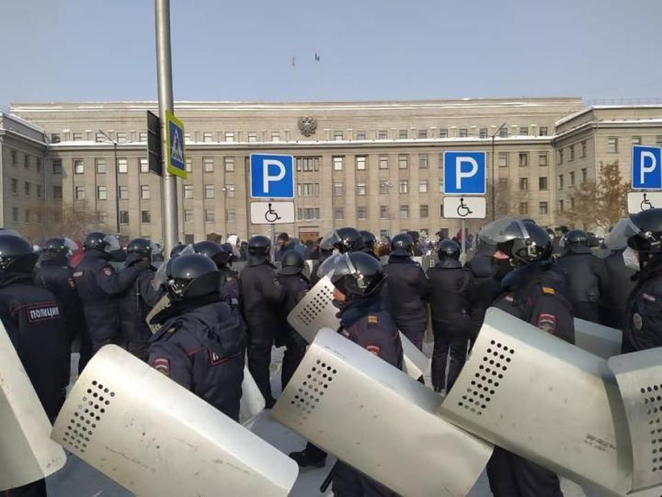 Участников несанкционированного митинга начали задерживать в Иркутске.