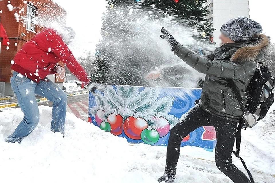 Школьница обморозила пальцы во время игр в снежки.