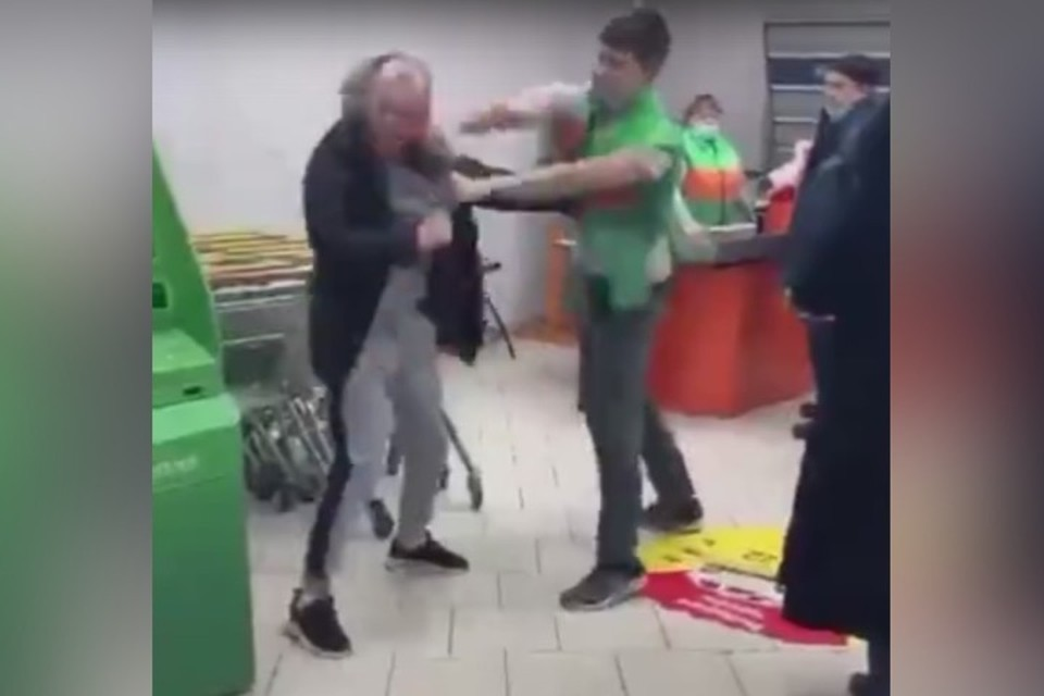 "«Слава, нельзя!»: продавец избил покупателя в Новокузнецке. ФОТО: кадр видео ""Инцидент Кузбасс"""