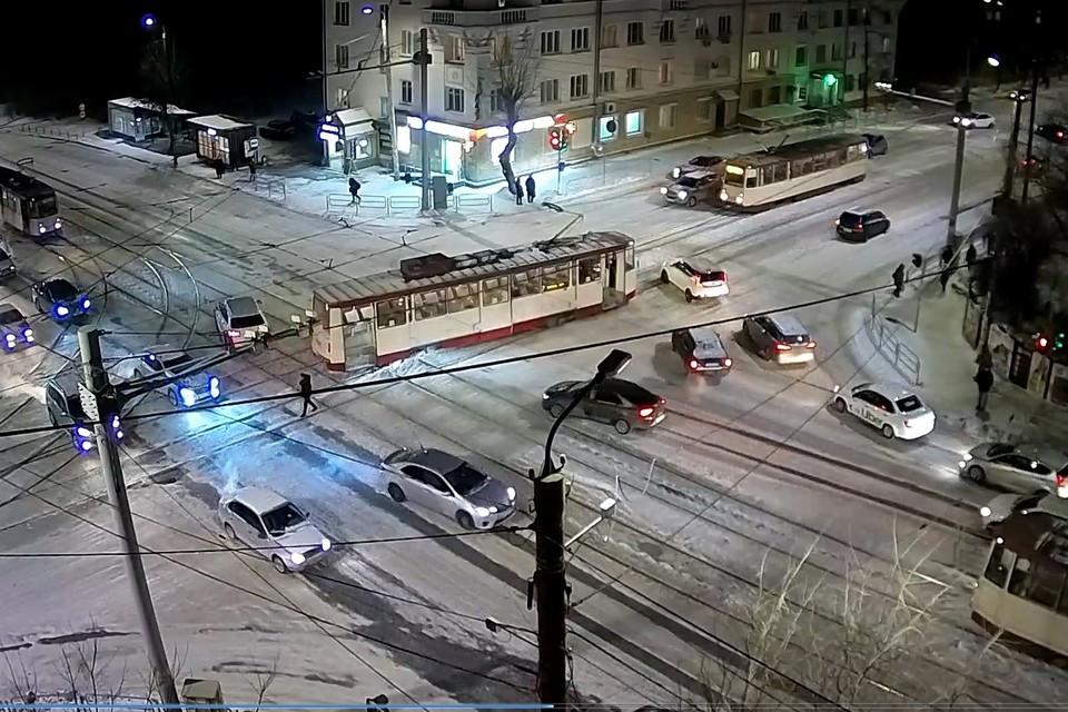 Трамвай перегородил проезжую часть проспекта Победы. Фото: скриншот видео с уличной камеры компании «Интерсвязь»