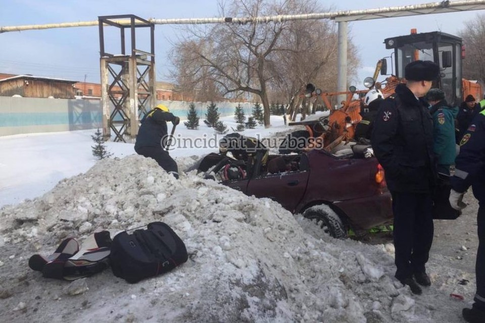 """Женщина погибла при столкновении иномарки и дорожного грейдера в Кемерове. Фото: """"Инцидент Кузбасс""""/ vk.com"""