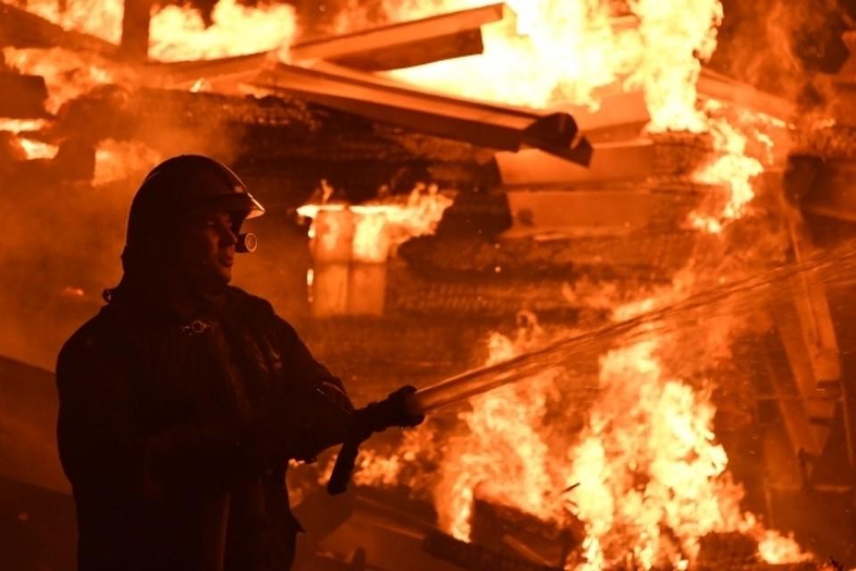 Тело мужчины обнаружили возле двери сгоревшего дома в Кузбассе