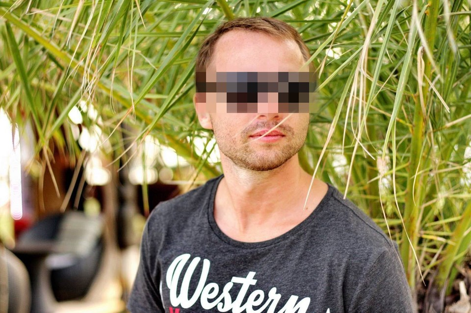 29-летний гость вечеринки Александр был обнаружен на земле с серьезными переломами.