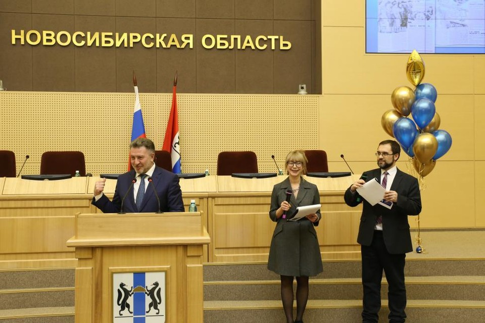 Коллектив издания поздравили депутаты и коллеги. Фото: Законодательное собрание Новосибирской области.