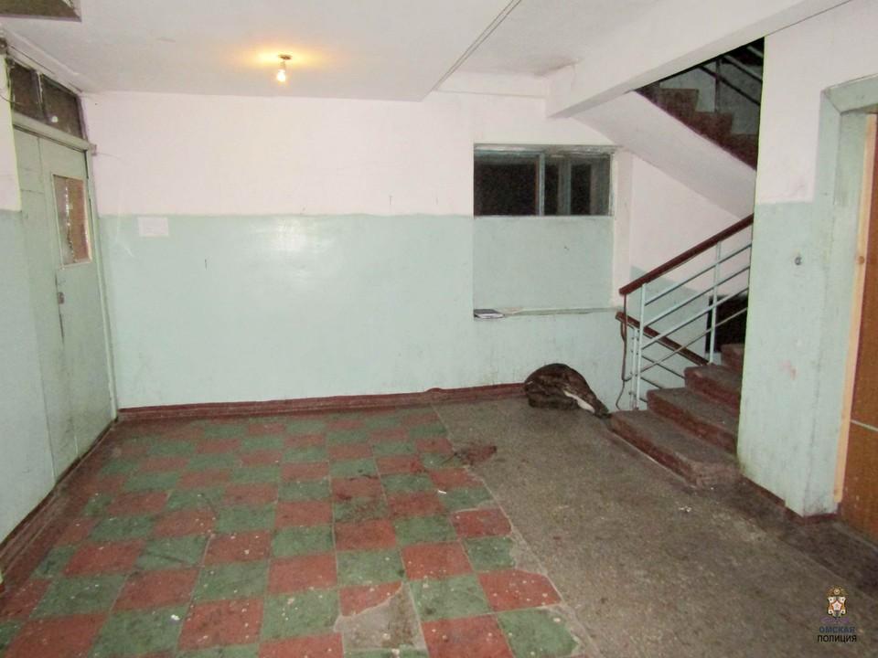 Потерпевшего избили и выкинули на лестничную площадку общежития. Фото: УМВД России по Омской области