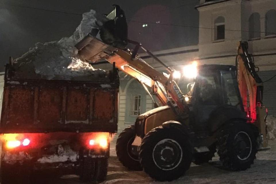 Уборка снега ведется преимущественно в ночное время. Фото: admkirov.ru