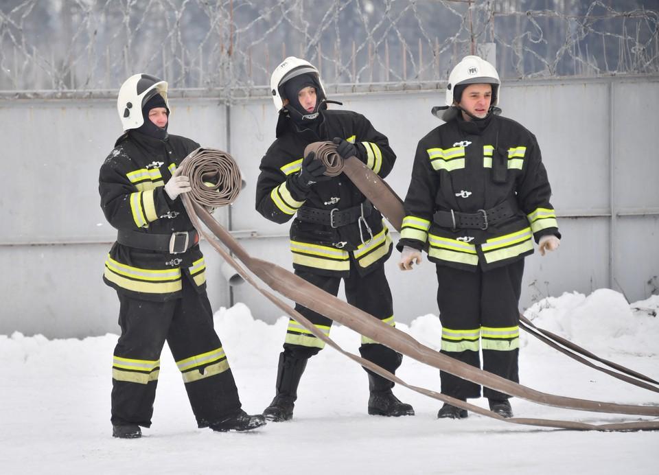 Семь человек госпитализированы после пожара на швейном производстве в Подмосковье.