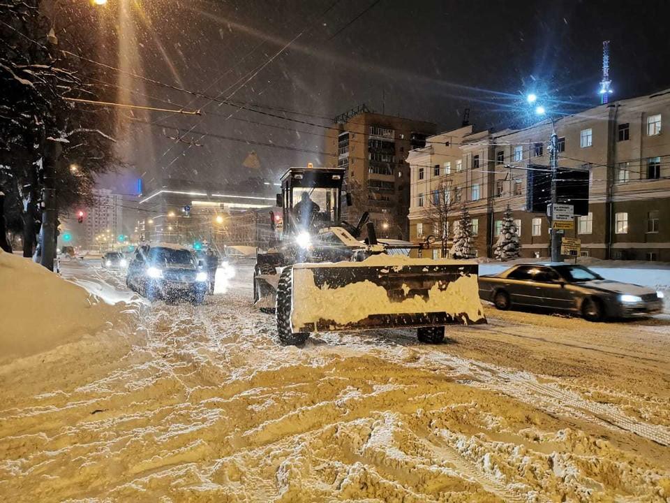 К уборке была привлечена инженерная техника воинской части, дислоцирующейся в Кстовском районе. Фото: Администрация Нижнего Новгорода.