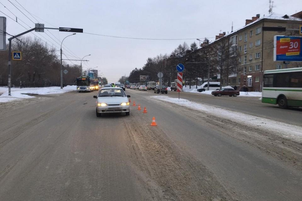 «ВАЗ» сбил женщину на пешеходном переходе. Фото: Госавтоинспекция по Новосибирску.
