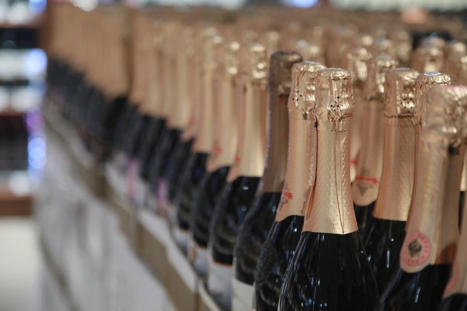 Полиция изъяла из девяти магазинов более ста литров нелегального алкоголя.