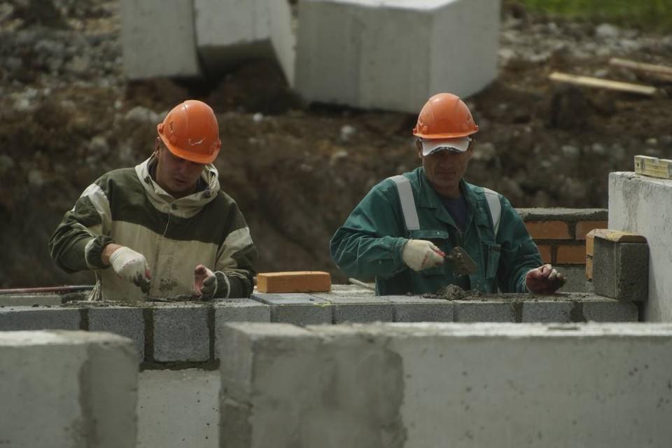 На объекте не завершено ограждение строительной площадки и монтаж бетонных блоков.