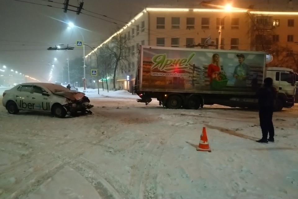ДТП с участием такси и фуры произошло возле Парка Ангелов в Кемерове