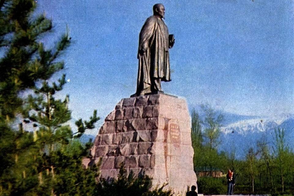 Гармоничным фоном для памятника великому Абаю служили в те времена только величавые горы.