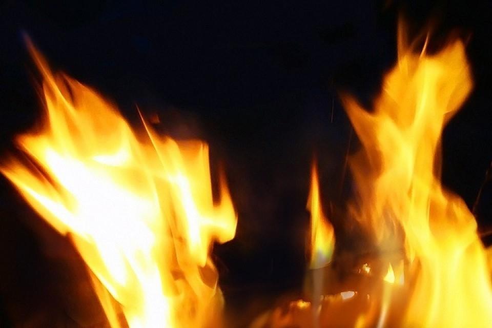 Вспыхнувшее пламя перекинулось на одежду и волосы женщины.