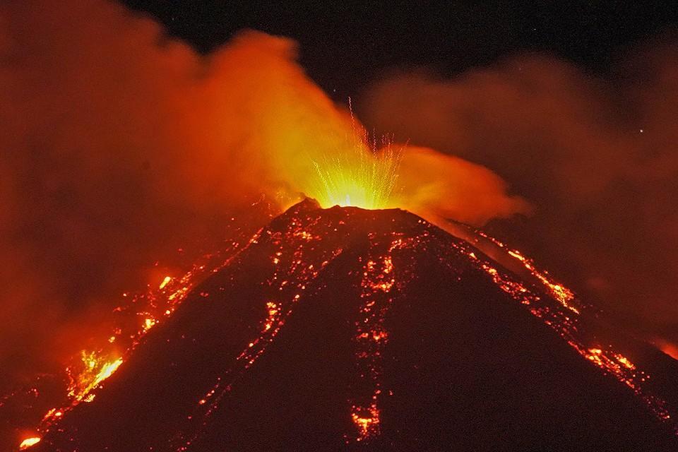 Вулкан Этна на Сицилии стал извергаться в начале 2021 года.