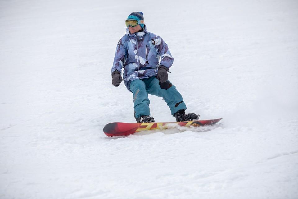 Сноубордисты облюбовали склон на Набережной Федоровского.