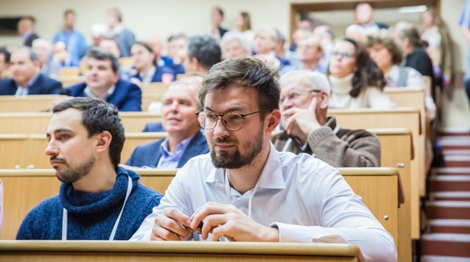 По данным Минобразования России, за пределами РФ находятся порядка 100 тысяч учащихся.