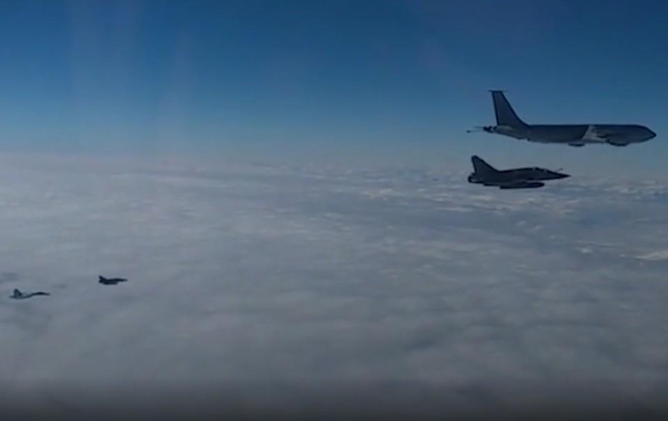 Минобороны показало видео перехвата российскими Су-27 самолетов ВВС Франции. Фото: кадр из видео