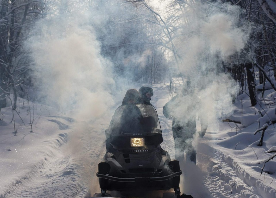 К перевалу участники экспедиции доберутся на снегоходах. Фото: Сергей Коляскин