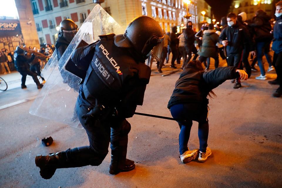 В результате столкновений митингующих с полицией в Барселоне, Жироне, Пальма-де-Мальорке и других городах пострадали более 30 человек