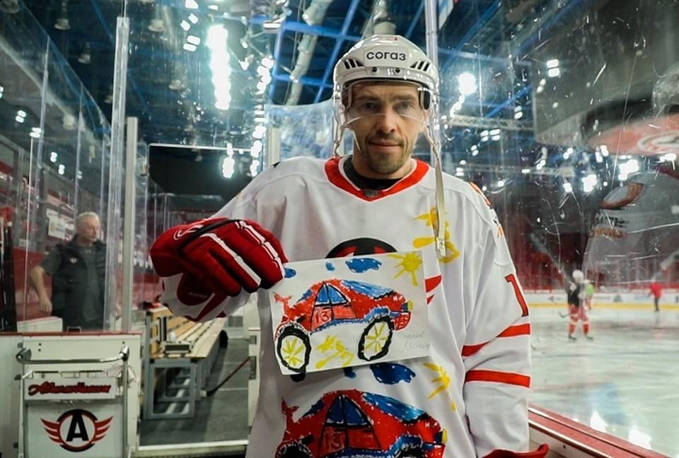 """Павел Дацюк помог мальчику в разработки хоккейных свитеров. Фото: предоставлено пресс-службой ХК """"Автомобилист"""""""