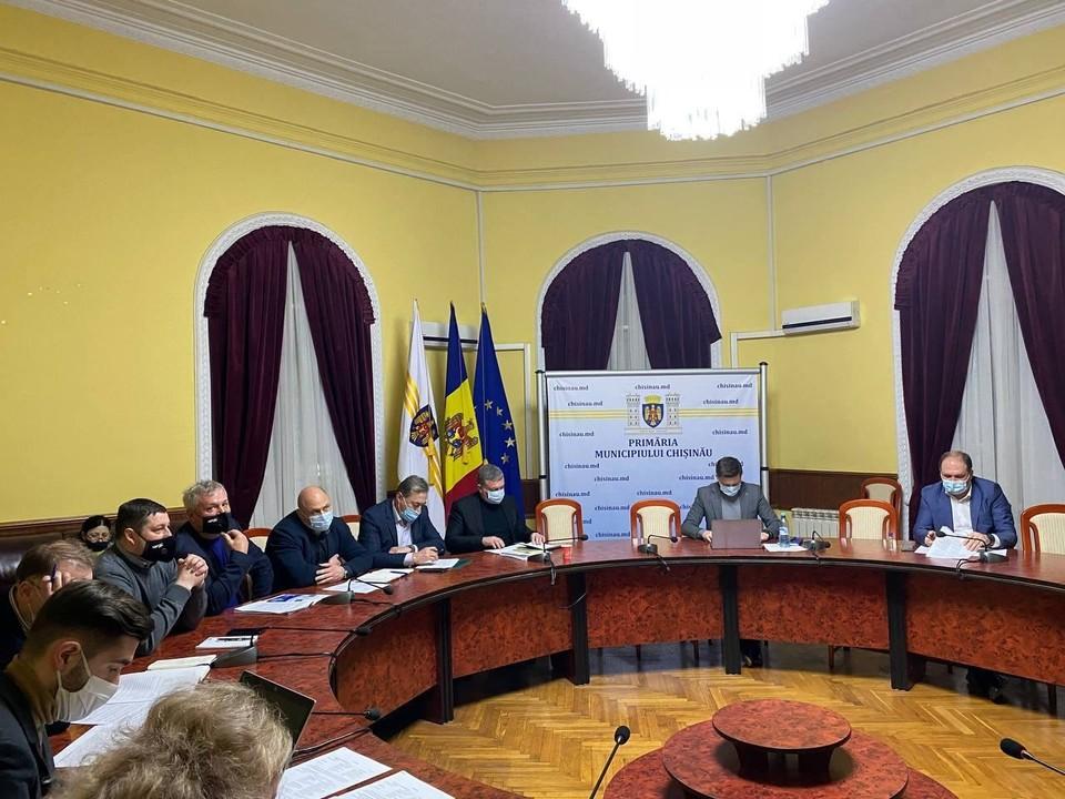 Сегодня в примэрии Кишинева состоялось совместное заседание с руководителями и представителями компаний, внедряющих в молдавской столице пилотный проект электронной оплаты проезда в общественном транспорте. Фото:ionceban.md