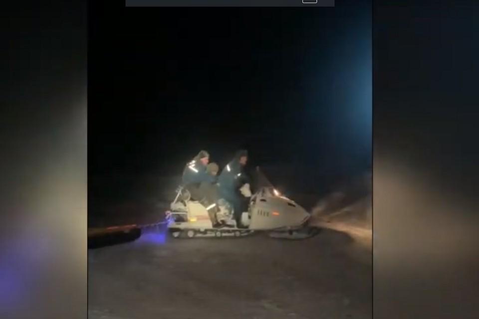 Замерзшего сельчанина на снегоходе спасатели привезли к машине скорой помощи. Фото: стоп-кадр | видео МЧС.