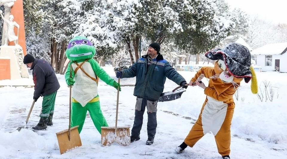 Веселая компания для расчистки снега. Фото: МБУК «Парки столицы»