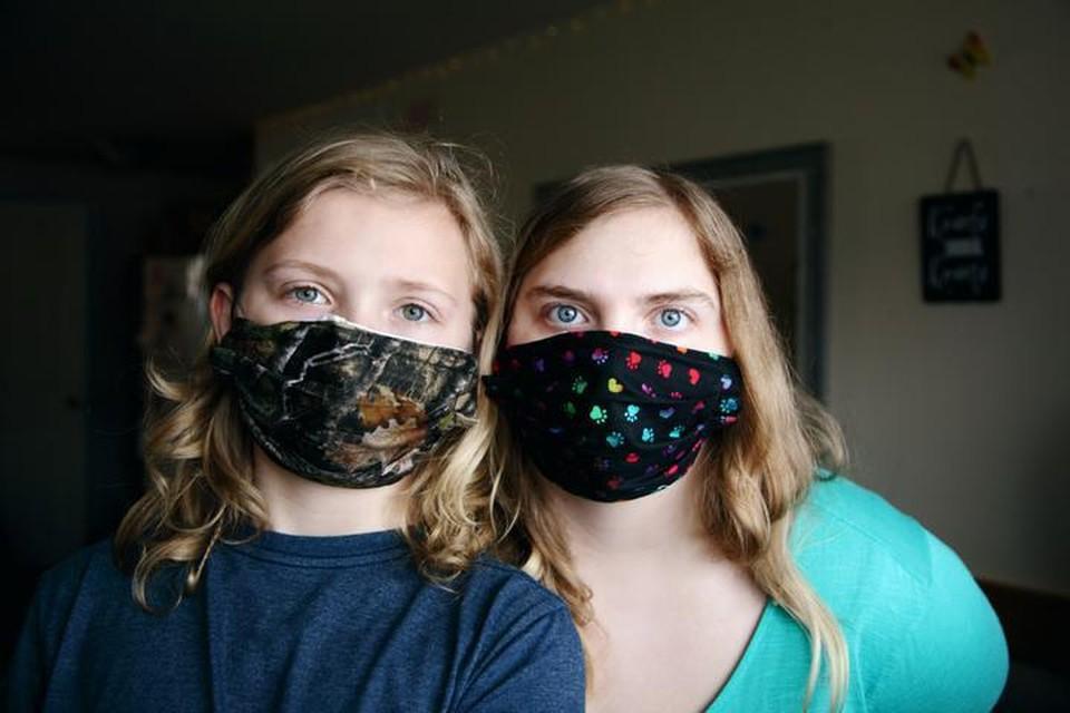 Тряпичные маски являются, по сути, бутафорией и никак не защищают от распространения инфекции, если их носит больной.