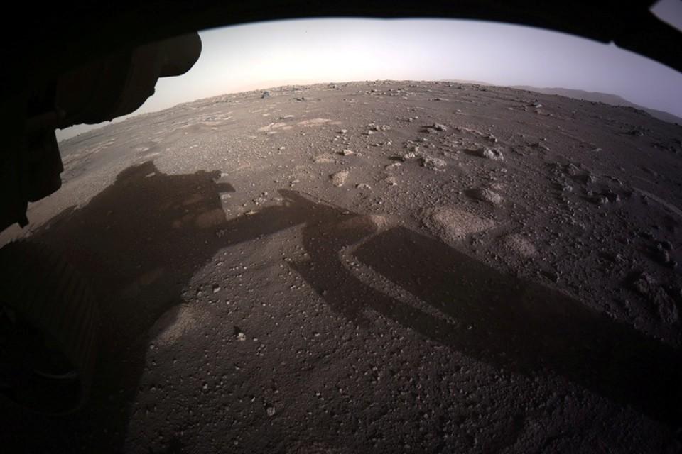 Perseverance, подвешенный на тросах под посадочным модулем в момент спуска на Марс