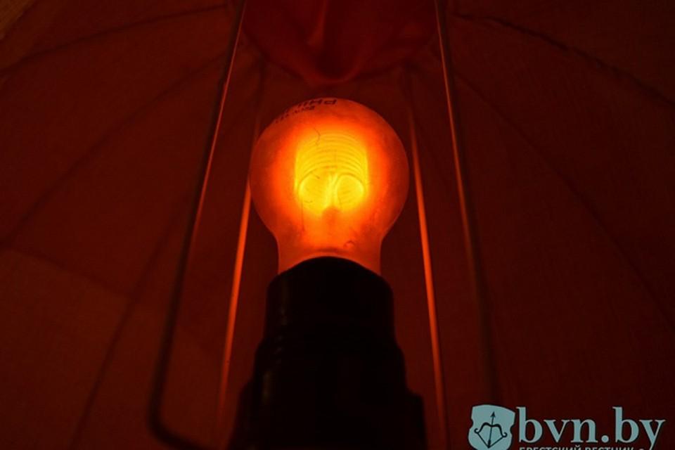 Эта лампочка с 1926 года более40 лет подсвечивала номерной знак частного дома. И сейчас еще работает! Фото: БрестСити.