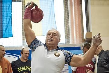 «За 1 минуту поднял 61 раз гирю в 32 кг»: губернатор Витебской области Николай Шерстнев стал мастером гиревого спорта международного класса