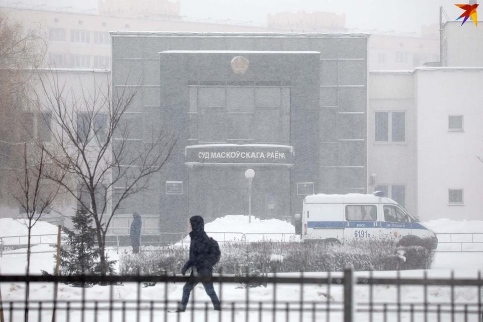 Здание суда Московского района, где 4 февраля началось рассмотрение Верховным Судом Беларуси дела топ-менеджеров Белгазпромбанка, было ограждено, а представителям ряда негосударственных СМИ не одобрили заявки на освещение процесса.