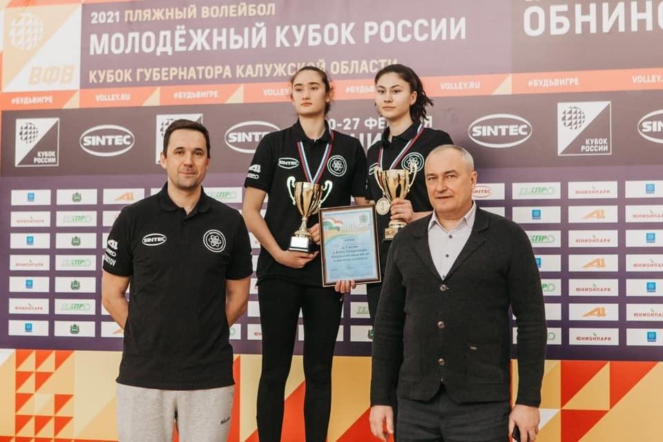 Наградил обнинских девушек министр спорта Калужской области Олег Сердюков