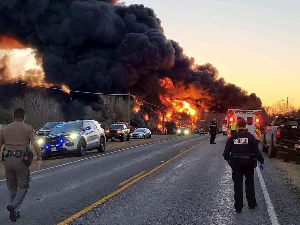 Столкновение поезда с грузовиком спровоцировало мощный взрыв.