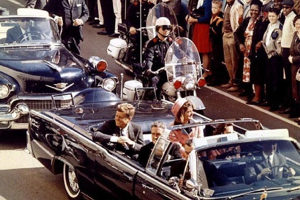 По официальной версии, Джон Кеннеди был убит Ли Харви Освальдом во время поездки в Даллас 23 ноября 1963 года
