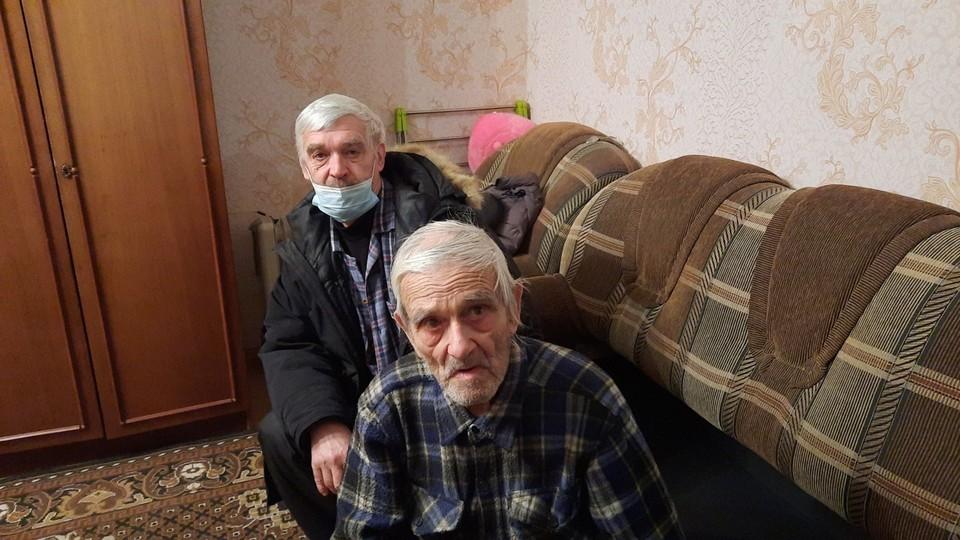 """Пенсионера быстро нашли и вернули домой, где его встретил сын. Фото: ПСО """"ЛизаАлерт"""""""