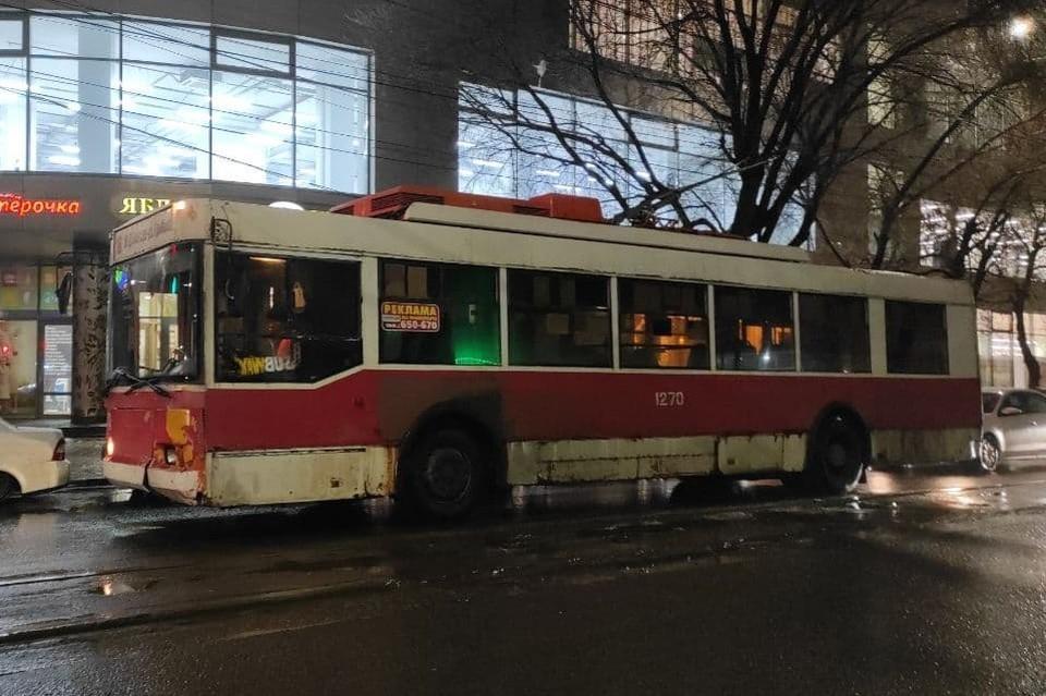 По улицам Саратова в мороз ходят проржавевшие троллейбусы