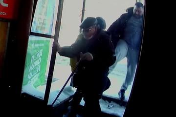 В Кирове полиция ищет мужчину, пнувшего инвалида в магазине