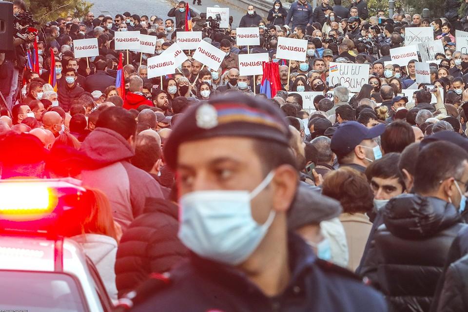 После подписания мирного соглашения по Карабаху, Ереван захлестнула волна митингов с требованием отставки Никола Пашиняна.