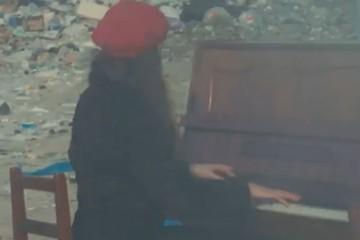 «Слезы наворачивались»: сибирячка сыграла на фортепиано в 30-градусный мороз на свалке