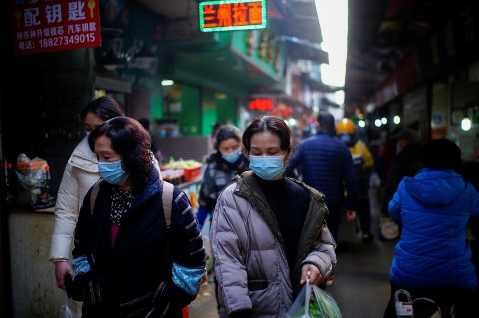 ВОЗ изучает версию о возникновении коронавируса на еще одном рынке в Ухане