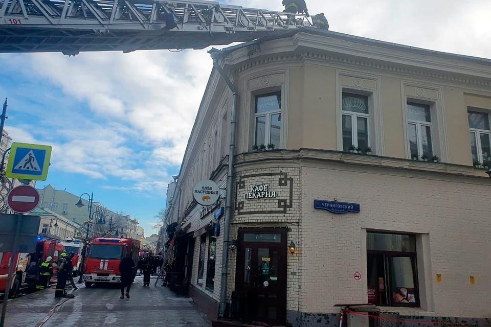 Пожарных вызвали к дому Пятницкая 6/1 строение 1 днем 27 февраля. Фото: МЧС России
