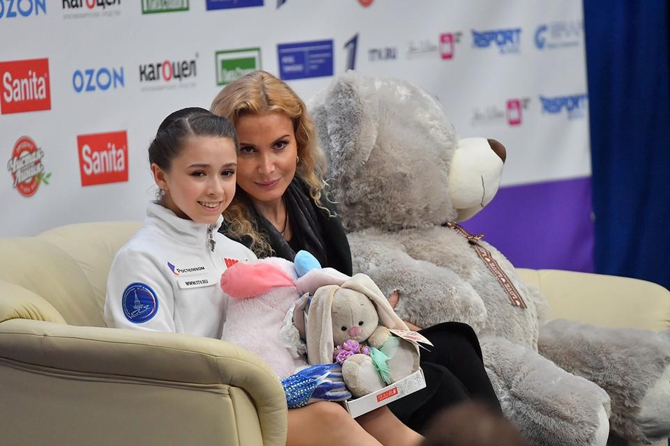 Фигуристка Камила Валиева и ее тренер.