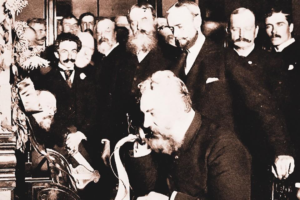 Александр Белл у прапрадедушки наших смартфонов, 1892 год.