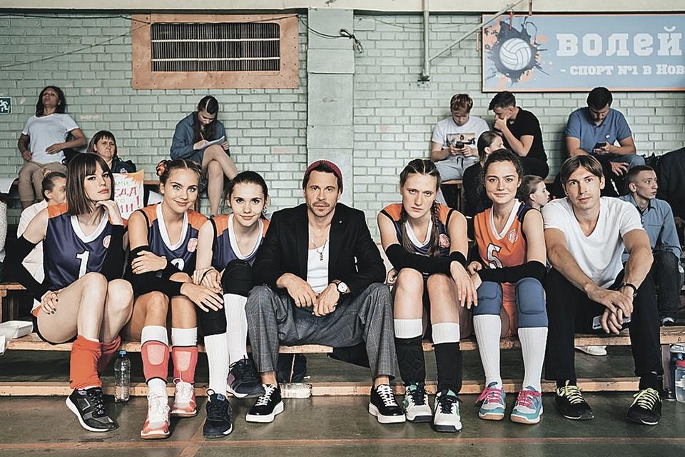 Тренер Ковалев (Павел Деревянко) вновь окружен длинноногими красавицами волейболистками. Фото: Канал СТС