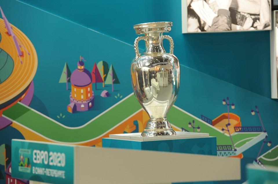 Кубок ЕВРО-2020 привезли в Петербург.