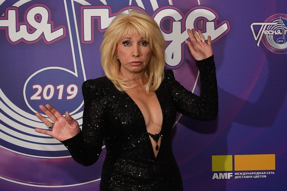 Знаменитая певица вот уже 30 лет вынуждена носить парик
